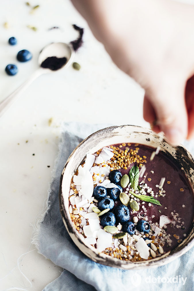 The detox breakfast code has been cracked! Try this acai smoothie breakfast bowl and experience the antioxidant boost and good feelings that come with it.
